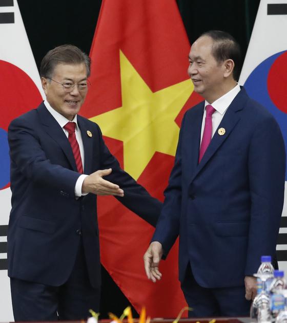 문재인 대통령이 쩐 다이 꽝 베트남 국가주석과 정상회담에 앞서 악수를 나눈 뒤 쩐 주석을 자리로 안내하고 있다. 청와대사진기자단