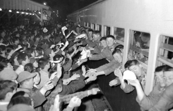 베트남으로 파병되는 장병들의 환송식이 청량리역에서 열렸다. [중앙포토]