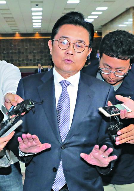 전병헌 청와대 정무수석이 14일 오전 서울 여의도 국회 운영위원회 전체회의에 참석했다가 기자들의 질문에 답하고 있다. 뉴시스