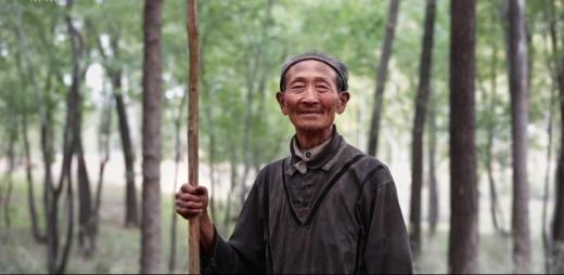60년 동안 나무를 심어 황무지를 울창한 숲으로 뒤바꿔 놓은 차오자와씨. (사진=펑파이뉴스)