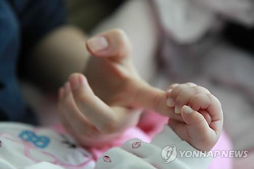 엄마와 아기 손 [연합뉴스 자료사진]