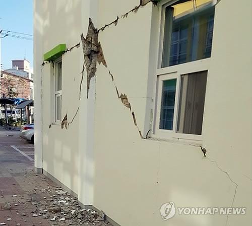 (포항=연합뉴스) 15일 발생한 지진으로 경북 포항 한 초등학교 건물 기둥과 벽 일부가 금이 가거나 부서져 있다. [독자 제공=연합뉴스]      yij@yna.co.kr