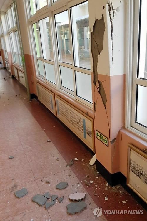 (포항=연합뉴스) 15일 발생한 지진으로 경북 포항 한 초등학교 건물 기둥과 벽 일부가 금이 가거나 부서졌다. [독자 제공=연합뉴스]     yij@yna.co.kr