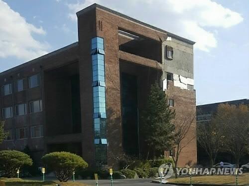 (서울=연합뉴스) 15일 오후 2시 29분께 경북 포항시 북구 북쪽 6㎞ 지점에서 규모 5.4 지진이 발생했다.  포항 한동대의 한 건물 유리창 깨져 있다. [독자 제공=연합뉴스]       photo@yna.co.kr