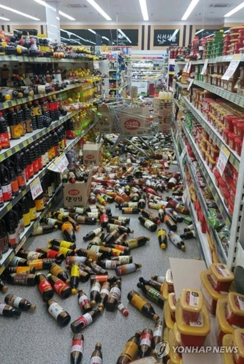 (서울=연합뉴스) 15일 오후 2시 29분께 경북 포항시 북구 북쪽 6㎞ 지점에서 규모 5.4 지진이 발생했다.  포항시 두호동의 한 마트의 물건이 바닥에 쏟아져 있다.  [독자 노동욱씨 제공=연합뉴스]       photo@yna.co.kr