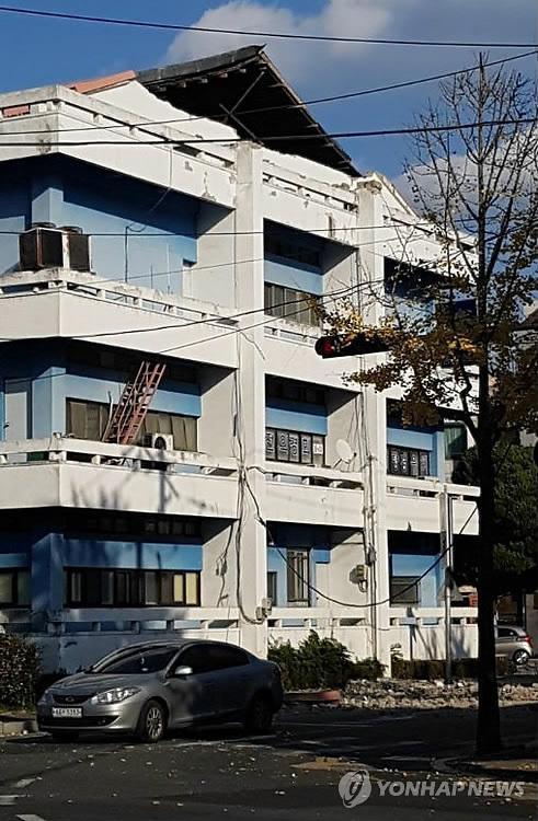 (서울=연합뉴스) 15일 오후 2시 29분께 경북 포항시 북구 북쪽 6㎞ 지점에서 규모 5.4 지진이 발생했다.       포항 옛 문화원 건물이 일부 파손돼 있다.  [독자 제공=연합뉴스]       photo@yna.co.kr