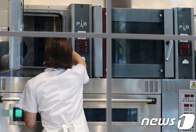 서울시내 파리바게뜨 한 매장의 제빵기사가 작업준비를 하고 있다/사진=뉴스1