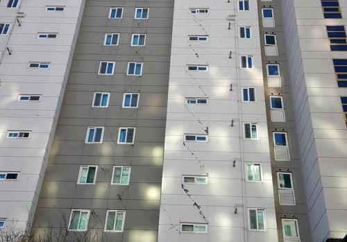 외벽에 금 간 아파트 (포항=연합뉴스) 손대성 기자 = 18일 경북 포항 한 아파트 외벽이 지진으로 금이 가 있다. 2017.11.18
