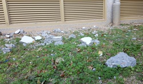 떨어진 콘크리트 (포항=연합뉴스) 손대성 기자 = 18일 경북 포항 한 아파트에 지진으로 떨어진 콘크리트가 놓여 있다. 2017.11.18