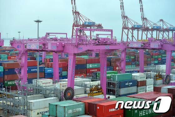 인천 송도 신항의 컨테이너 터미널의 모습. © News1