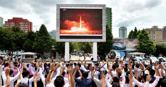 북한 미사일 발사실험 이후 광장에서 환호하는 이들. [연합뉴스]