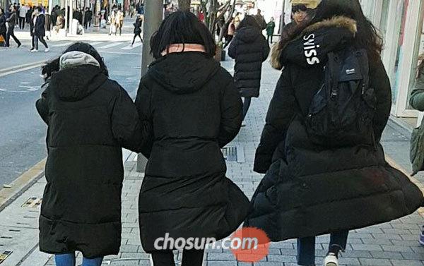 19일 오후 서울 신촌에서 학생들이 롱패딩을 입고 거리를 걷고 있다. /표태준 기자