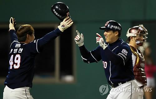 김현수(오른쪽)와 민병헌이 두산 베어스에서 함께 뛰던 시절. [연합뉴스 자료사진]