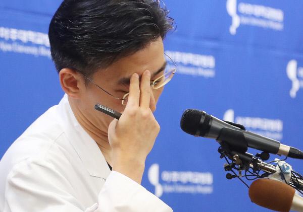 22일 오후 경기도 수원시 아주대학교병원에서 이국종 교수가 총상을 입은 채 귀순한 북한군 병사의 회복 상태 등을 설명하다 생각에 잠겨 있다. 연합뉴스