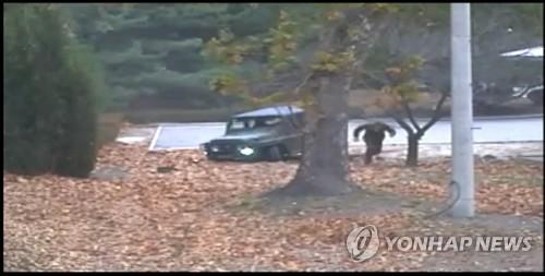 자유를 향해 달리는 북한 병사 (서울=연합뉴스) 지난 13일 판문점 공동경비구역(JSA)에서 귀순 북한 병사가 지프 차량에서 내려 남쪽으로 달리고 있다.      유엔군 사령부는 22일 최근 판문점공동경비구역(JSA)을 통해 귀순한 북한 병사의 당시 총격 상황을 담은 CCTV를 공개했다.   [유엔군사령부 제공=연합뉴스]      photo@yna.co.kr