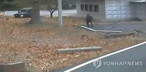 군사분계선 넘어 머뭇거리는 추격 북한군 (서울=연합뉴스) 판문점 공동경비구역(JSA)에서 북한 병사가 귀순한 지난 13일 추격하던 한 북한군이 잠시 군사분계선을 넘어 머뭇거리고 있다.       유엔군 사령부는 22일 최근 판문점공동경비구역(JSA)을 통해 귀순한 북한 병사의 당시 총격 상황을 담은 CCTV를 공개했다.  [유엔군사령부 제공=연합뉴스]      photo@yna.co.kr