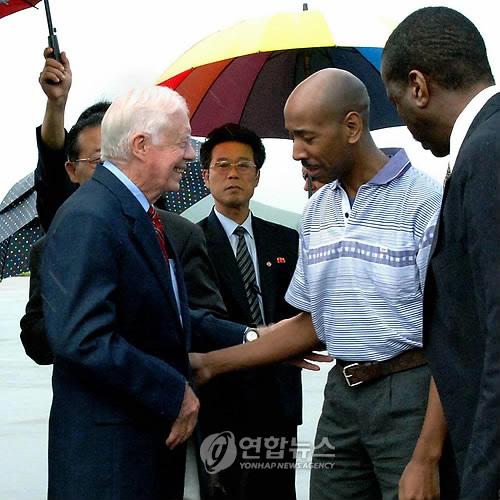 (평양 조선중앙통신=연합뉴스) 지미 카터 전 미국 대통령이 북한에 억류돼 온 미국인 아이잘론 말리 곰즈 씨와 함께 2010년 8월 27일 북한을 출발해 귀국 길에 오르고 있다. 2010.8.27      photo@yna.co.kr