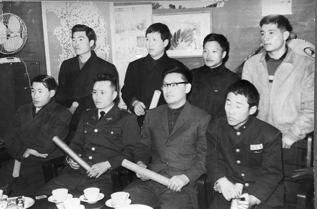 1963년 한국일보 신춘문예 시상식. 수상자 가운데 훗날 인기작가로 성장한 고교생 최인호(오른쪽)씨의 교복차림이 흥미롭다.한국일보 자료사진