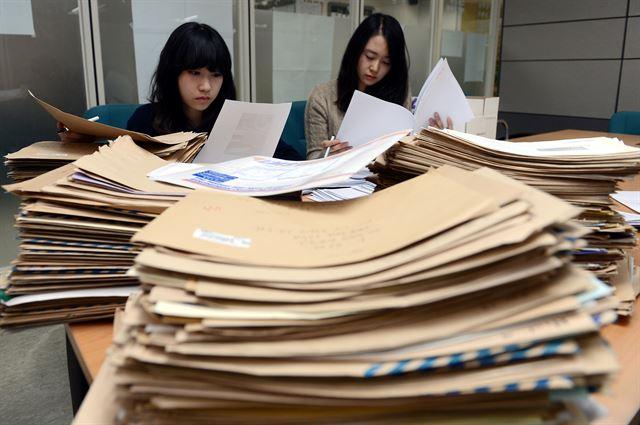 2013 한국일보 신춘문예 응모작 접수. 원고지 대신 컴퓨터로 글을 쓰는 시대가 됐으나 신춘문예를 향한 문청들의 열의는 여전하다. 한국일보 자료사진