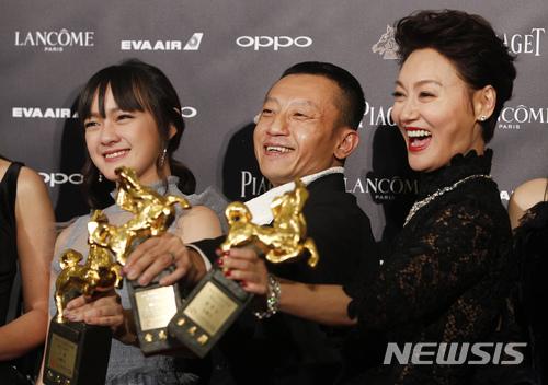 【타이베이(대만)=AP/뉴시스】대만의 14살 여배우 비키 첸(文淇, 왼쪽)과 감독 양야저(楊雅喆), 홍콩 여배우 카라 와이(惠英紅) 등 영화 혈관음 출연진이 25일 타이베이에서 열린 54회 금마장 영화제에서 최우수 여우조연상과 최우수각본상, 최우수여우주연상을 각각 수상한 뒤 기념촬영하고 있다. 비키 첸은 영화 혈관음(血觀音, The Bold, The Corrupt, and The Beautiful)에서 성폭행 장면을 목격하고 양심에 따라 이를 증언해야 하는지, 일자리를 지키기 위해 침묵할 것인지 고민하는 호텔 메이드 역할로 출연, 베테랑 여배우들을 물리치고 여우조연상을 차지했다. 2017.11.26