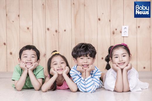 우리 아이 언제 유치원과 어린이집에 보내면 좋을까요? 가정의 양육환경 점검, 부모와의 분리불안의 정도, 또래와의 상호작용 고려해서 정하는 게 좋습니다. ⓒ베이비뉴스