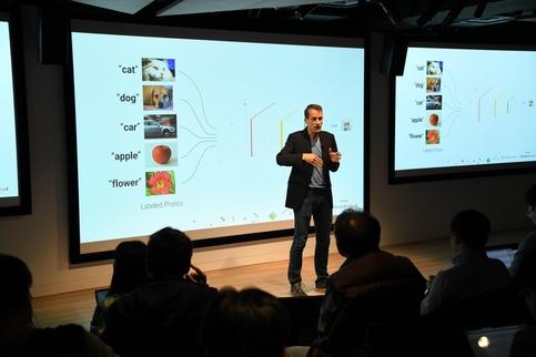 제프 딘 구글 시니어 펠로우가 2017년 11월 28일 일본 도쿄에서 열린 '메이드 위드 AI(#MadeWithAI)' 행사에서 강연하고 있다. /구글