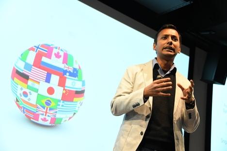 프라비어 굽타 구글 어시스턴트 팀 엔지니어 총괄이 2017년 11월 28일 일본 도쿄에서 열린 '메이드 위드 AI(#MadeWithAI)' 행사에서 강연하고 있다. /구글