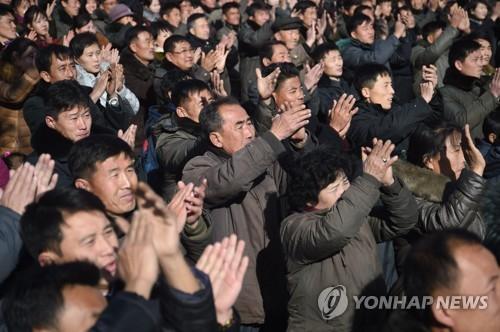 북한은 29일 '공화국 정부 성명'을 통해 신형 대륙간탄도미사일(ICBM) '화성-15' 시험발사에 성공했다고 밝혔다. 사진은 '화성-15' 발사 성공을 기뻐하는 평양시민들의 모습 [AFP=연합뉴스]
