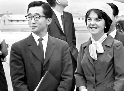 1963년 시부모인 영친왕 내외의 요청으로 남편 이구(왼쪽)를 따라 한국에 온 줄리아 리. 이들은 이때부터 창덕궁 낙선재에 기거했다. [중앙포토]