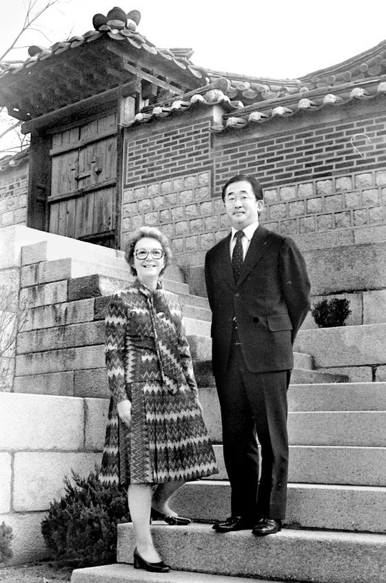 대한제국의 마지막 황세손인 이구와 줄리아 리 내외. 1970년대 이들이 기거했던 서울 창덕궁 낙선재에서 촬영한 사진이다. 82년 이혼 후에도 한국에 머물렀던 줄리아는 95년 하와이로 떠났다. [중앙포토]