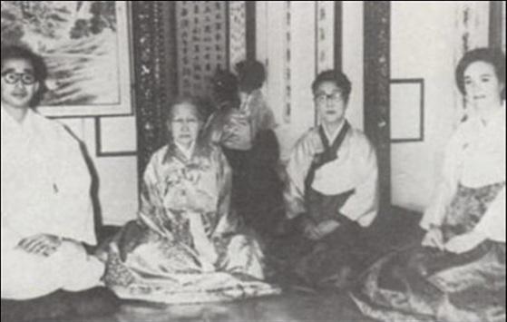 이구 내외의 낙선재 시절 모습. 왼쪽부터 이구, 순정효황후 윤비, 이방자 여사, 줄리아 리.