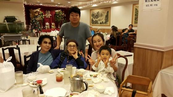 2014년 성탄절에 말년까지 소식을 주고 받은 유일한 한국 친족 이남주 교수 가족과 하와이의 한 레스토랑에서 만난 줄리아 리. 왼쪽부터 이남주 교수, 이 교수의 외아들 윤희선씨, 줄리아, 이 교수의 며느리 김현주씨, 손자 윤성민군. [사진 이남주]
