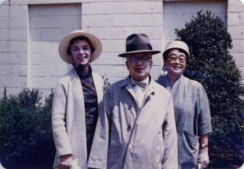시부모인 영친왕 내외와 함께 사진촬영한 줄리아 리. 왼쪽부터 줄리아, 영친왕, 이방자 여사.