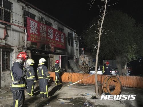 【베이징=신화·AP/뉴시스】중국 베이징 주택가에서 19일 소방대원들이 화재를 진압한 후 뒷수습을 하고 있다. 2017.11.19