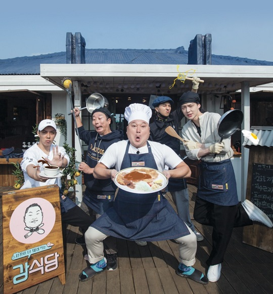 tvN '신서유기 외전-강식당'의 멤버들. 왼쪽부터 은지원 이수근 강호동 송민호 안재현. 강호동이 들고 있는 것이 '강식당'의 시그니처 메뉴 '강호동까스'다. CJ E&M 제공