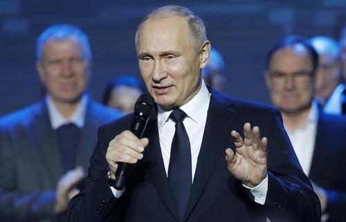 근로자들과 대화하는 푸틴 대통령 [타스=연합뉴스]