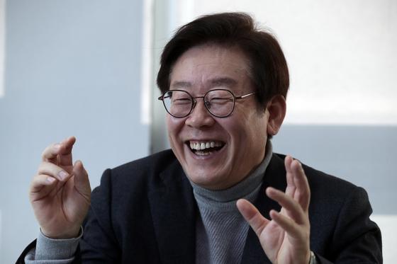 성남시청 시장 집무실에서 중앙일보와 인터뷰를 하고 있는 이재명 성남 시장. 최승식 기자