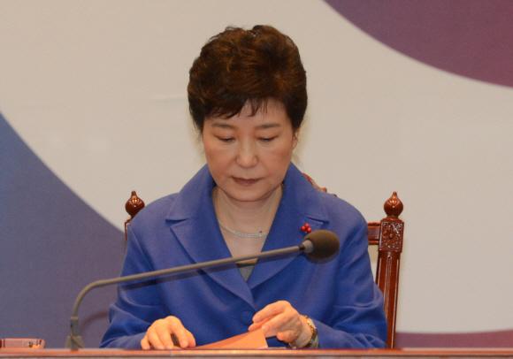 지난해 12월 9일 국회에서 대통령 탄핵소추안이 가결된 직후 직무정지된 박근혜 전 대통령이 국무위원들을 소집해 발언하기 전 준비한 글을 살펴보고 있다. 안주영 기자 jya@seoul.co.kr