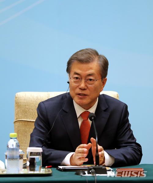【베이징(중국)=뉴시스】전진환 기자 = 중국을 국빈방문한 문재인 대통령이 13일 오후(현지시각) 중국 베이징 조어대에서 열린 한-중 비즈니스라운드테이블에 참석해 인사말을 하고 있다. 2017.12.13. amin2@newsis.com