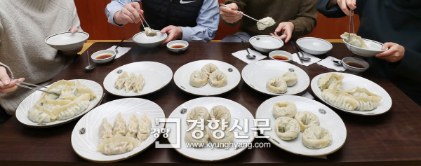 경향신문 산업부 기자들이 지난 12일 회사 인근 칼국숫집에서 갓 조리한 만두를 비교해 맛보고 있다.  이상훈 선임기자 doolee@kyunghyang.com