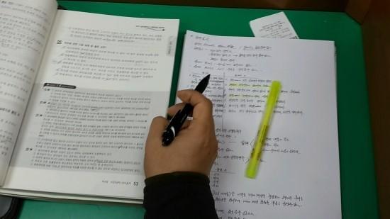 전기기사 자격증으로 준비하는 김모(60) 씨의 책.