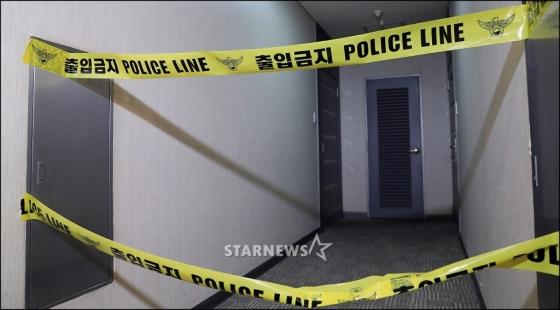 그룹 샤이니의 멤버 종현이 18일 오후 서울 강남구 청담동의 한 레지던스에서 쓰러진 채 발견돼 병원으로 이송됐으나 결국 숨졌다. 종현이 머물렀던 레지던스 앞에 출입금지 폴리스 라인이 붙어있다. /사진=공동취재단