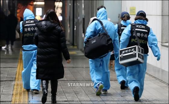 그룹 샤이니의 멤버 종현이 18일 오후 서울 강남구 청담동의 한 레지던스에서 쓰러진 채 발견돼 병원으로 이송됐으나 결국 숨졌다. 종현이 이송된 한 대학병원으로 과학수사대 관계자들이 들어가고 있다. /사진=공동취재단
