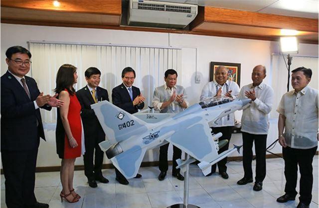 지난 7월 필리핀에서 로드리고 두테르테(오른쪽 다섯번째) 필리핀 대통령이 참석한 가운데 열린 FA-50 경공격기 인도 행사.   한국항공우주산업.