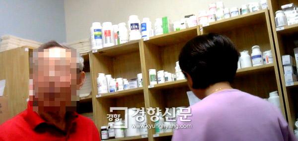 """사무장과 병원장이 구속됐던 남양주의 모 요양병원에서 지난달 15일 70대 약사(왼쪽)가 간호조무사와 함께 환자에게 투약할 약을 조제하고 있다. 이 약사는 구속된 사무장이 행정원장으로 근무할 당시에도 일했다고 했지만 당시 한방과장이었던 박현준 한의사는 """"약사를 보지 못했다""""고 했다. 채용민 PD"""