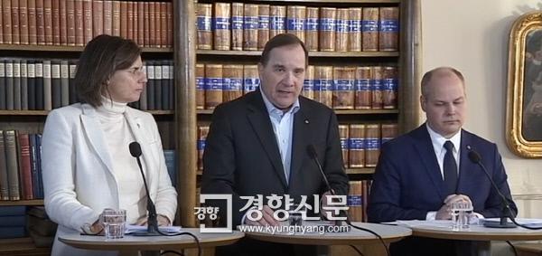 스테판 뢰벤 총리가 17일(현지시간) 이사벨라 뢰빈 부총리, 모건 요한슨 사법부장관과 함께 기자회견을 열고 명시적 동의가 없는 성관계를 강간으로 규정하는 개정 법률안에 대해 설명하고 있다. SVT 홈페이지 캡처 .