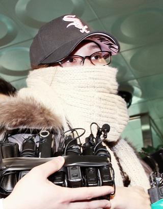 불법 선거운동 의혹을 받고 있는 국가정보원 여직원 김하영씨가 2013년 1월4일 오후 피의자 신분으로 조사를 받기 위해 서울 수서경찰서에 들어서고 있다. 김봉규 <한겨레21> 기자 <a href=mailto:bong9@hani.co.kr>bong9@hani.co.kr</a>