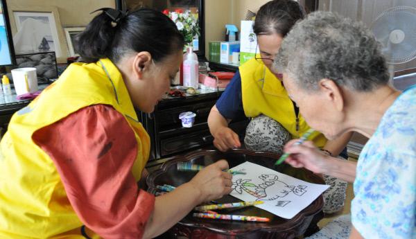 노인 가정을 방문한 돌봄봉사자들이 할머니와 함께 미술활동을 하고 있다. 다양한 가족형태를 대상으로 한 사회안전망 및 돌봄 정책 도입이 시급하다는 목소리가 높다. 경향신문 자료사진