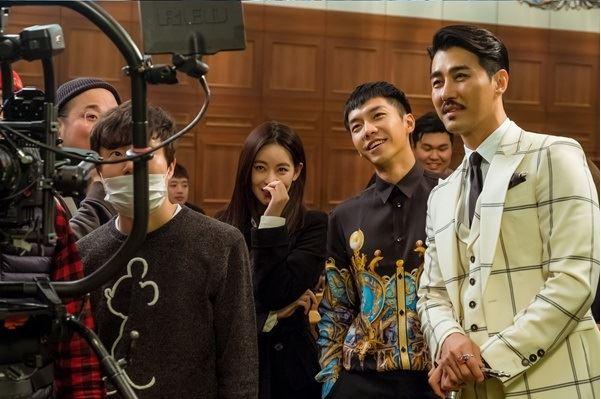 차승원(맨 오른쪽부터) 이승기 오연서 등 배우들은 화기애애한 분위기 속에서 tvN 주말드라마 '화유기'를 촬영하고 있지만, 제작 일선에선 현장 스태프가 추락 사고를 당해 안타까움을 주고 있다. YG엔터테인먼트 제공