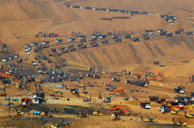 2017년 2월26일 미얀마 북부 카친주 파칸의 옥(玉) 광산 지역에서 중장비를 이용한 채굴 작업이 한창 진행되고 있다. 파칸=EPA 연합뉴스